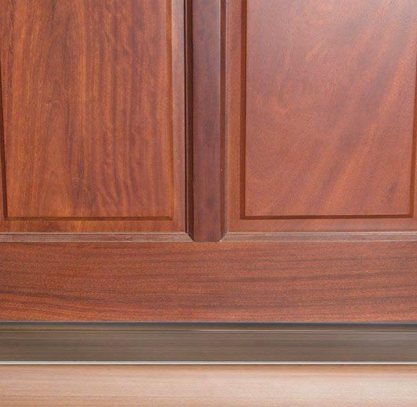 thanh chặn đáy cửa màu nâu gỗ